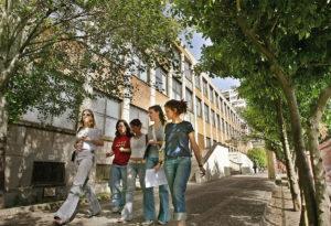 Estudiantes frente a la Faculdad de Magisterio de la Universidad de Valencia