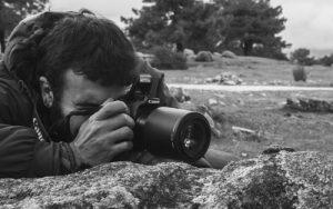 L'investigador Roberto García-Roa en una de les seues eixides de camp. / Foto: Manuel Jara.