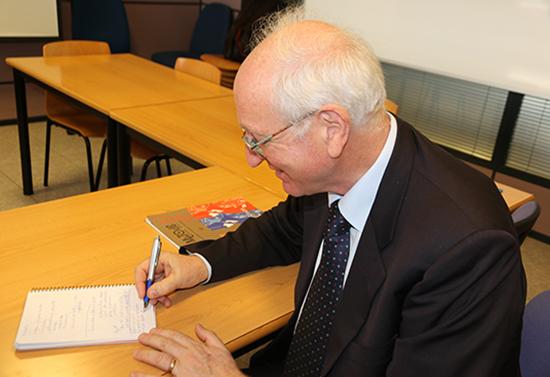 El lingüista Maurizio Gotti realitza unes anotacions durant l'entrevista. Foto: M. Domínguez.