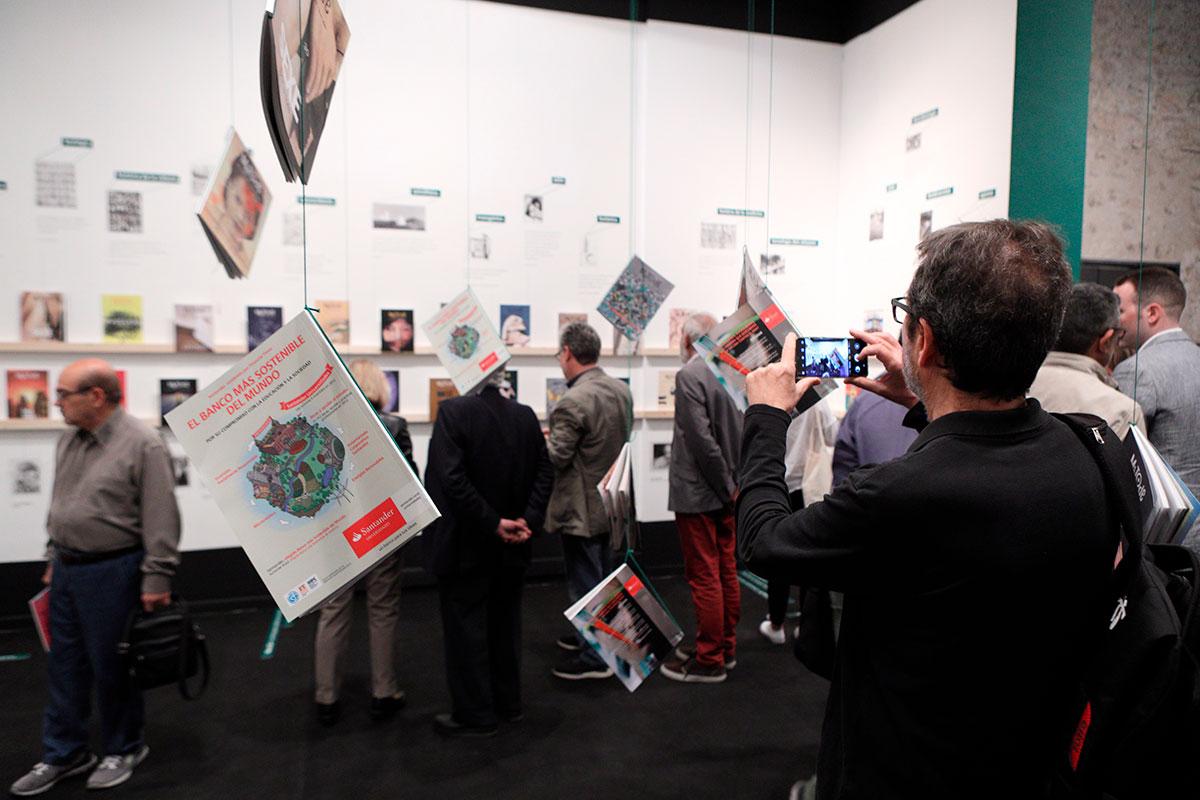 El públic visita l'exposició «100 números de Mètode» a la Sala Oberta de la Nau.