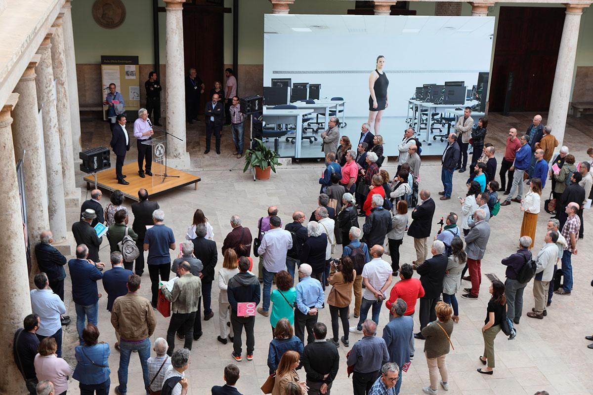 Públic congregrat a la La Nau per a la inauguració de l'exposició «100 números de Mètode».